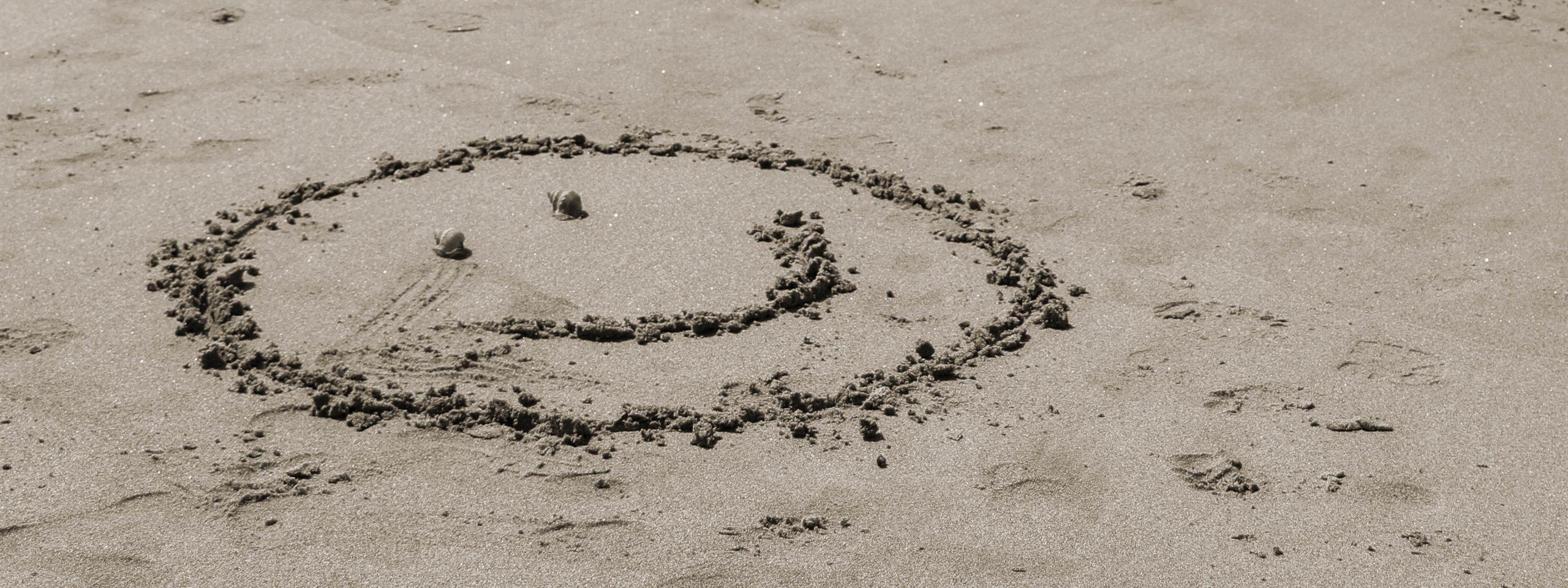 Smilie im Sand
