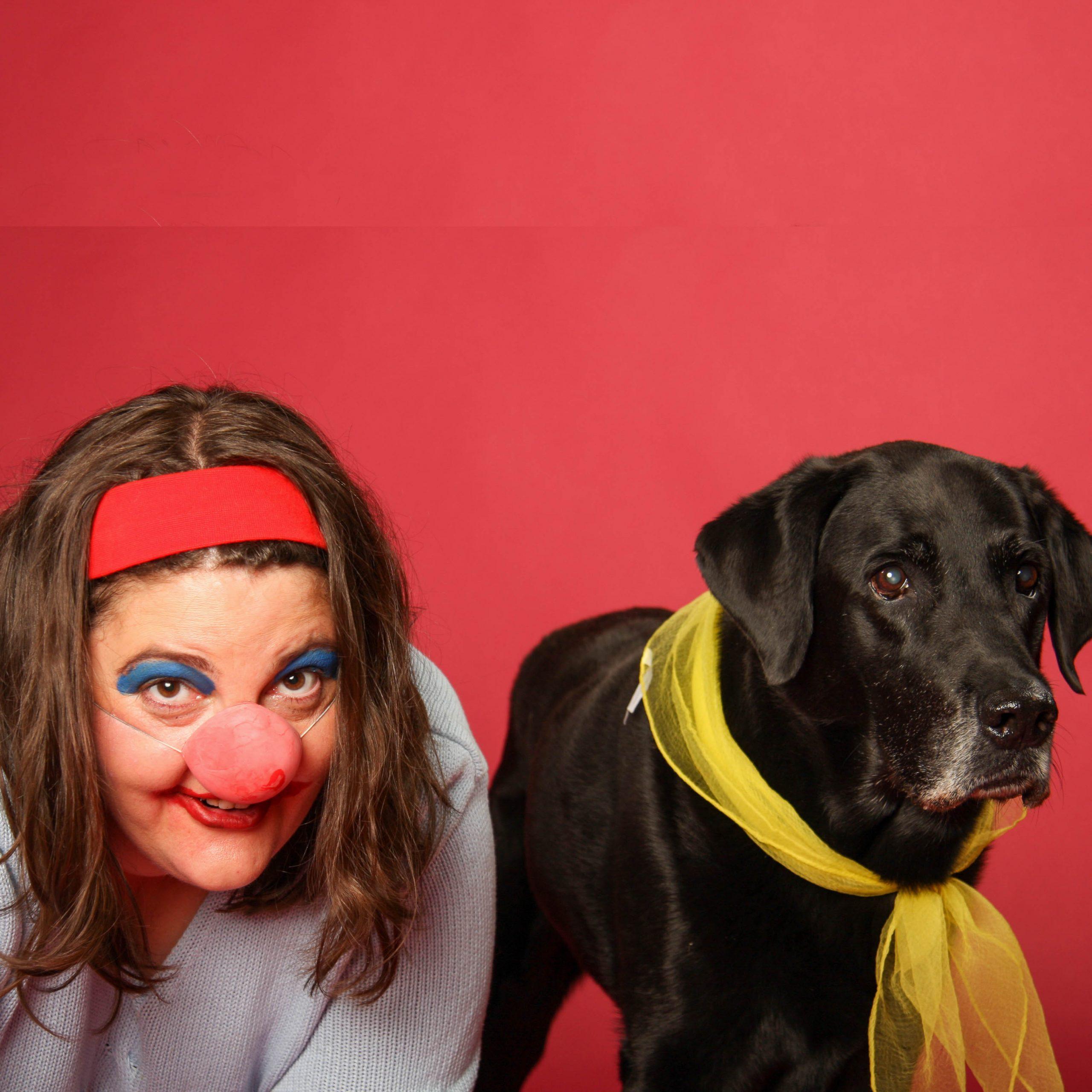 Susanne Allgeier als Clown mit ihrem schwarzen Labrador