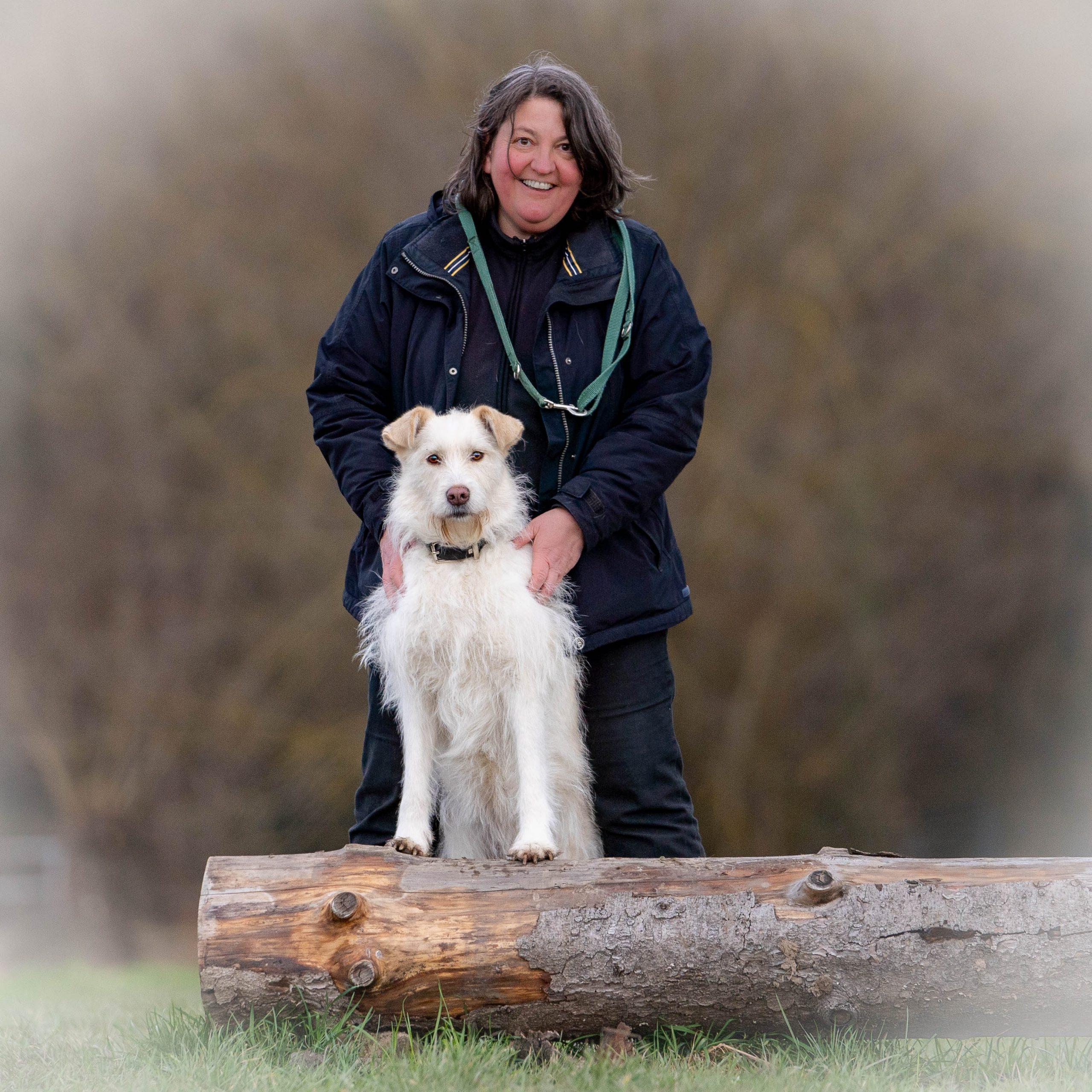 Susanne Allgeier im Wald mit ihrer Hündin